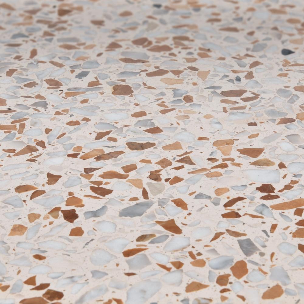 Finitura levigata pannelli verticali, graniglia bianco Carrara e rosso Verona, fondo bianco